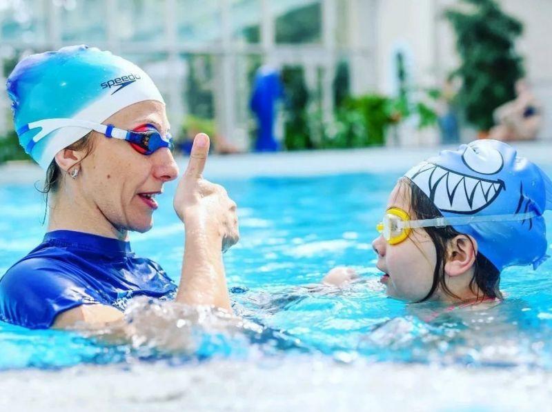 Тренер и мальчик в бассейне